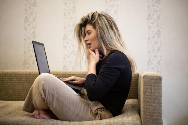 Frau, die den laptop betrachtet