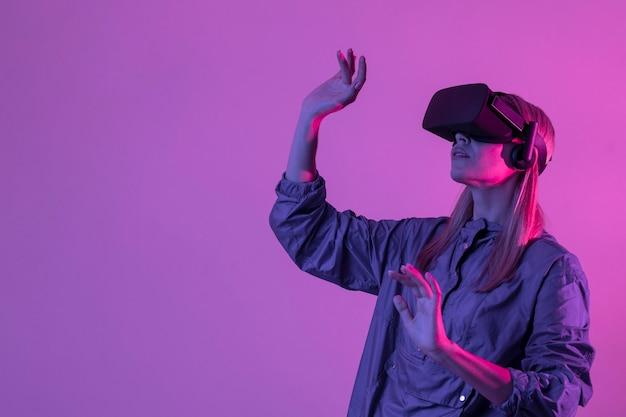 Frau, die den mittleren schuss des gadgets der virtuellen realität trägt