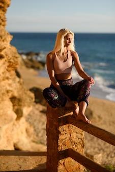 Frau, die den sonnenuntergang auf einem schönen strand genießt