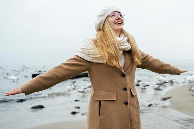 Frau, die den strand im winter genießt