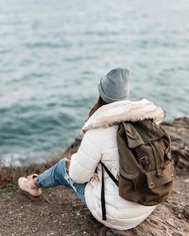 Frau, die den strandblick allein genießt