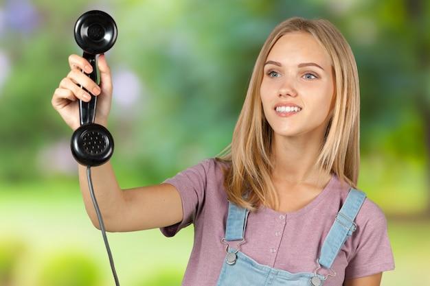 Frau, die den telefonhörer hält
