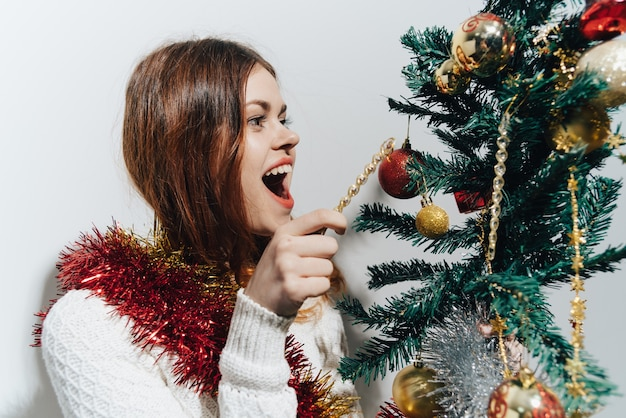 Frau, die den weihnachtsbaum verziert