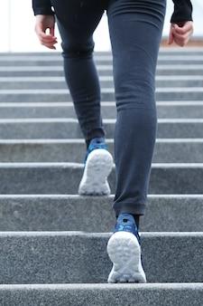 Frau, die die treppe steigt.