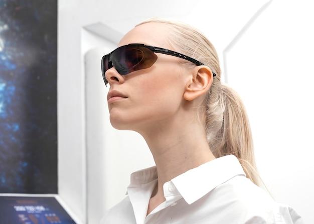 Frau, die digitale brille trägt