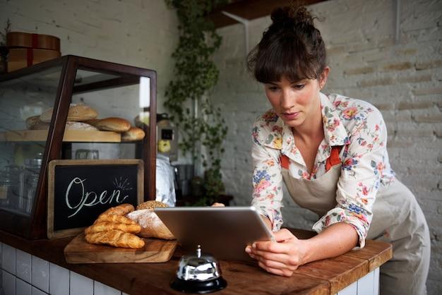 Frau, die digitale tablette verwendet