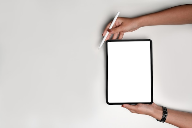 Frau, die digitales tablet und stylus-stift verspottet.