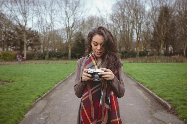 Frau, die digitalkamera hält