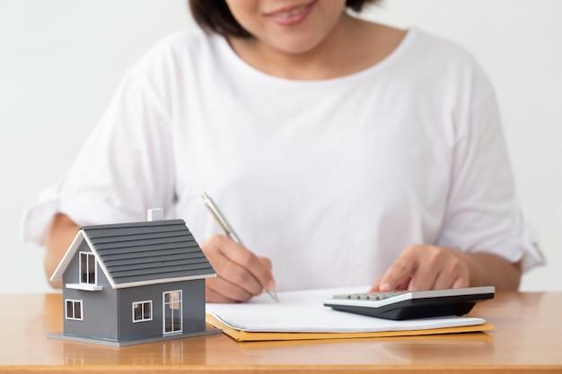 Frau, die dokumente datei für darlehen nach hause und refinanzierung vorbereitet