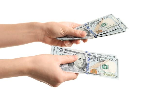 Frau, die dollarnoten hält, lokalisiert auf weiß