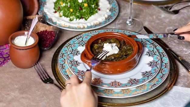 Frau, die dolma, aserbaidschanische mahlzeit draufsicht isst