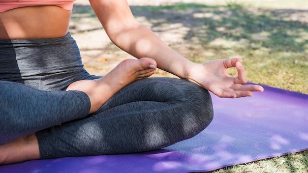 Frau, die draußen meditiert
