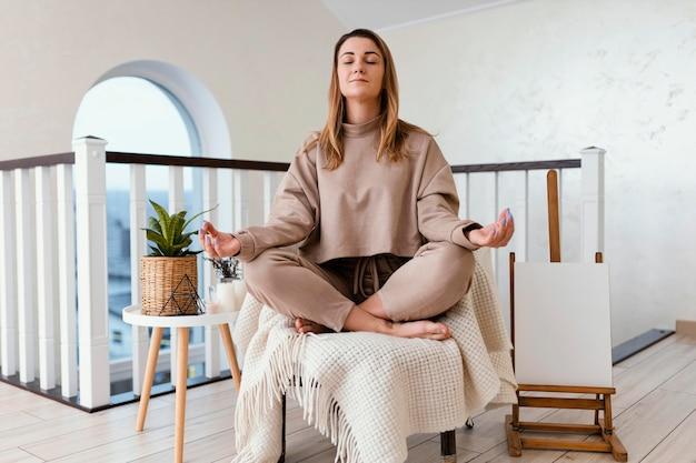 Frau, die drinnen meditiert