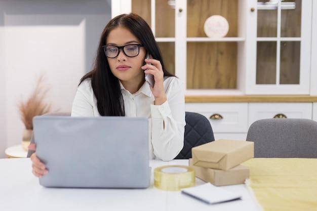 Frau, die durch den laptop auf cyber-montag-ereignis schaut