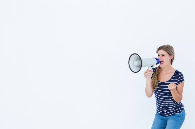 Frau, die durch einen lautsprecher schreit