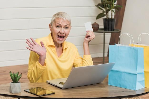 Frau, die durch sonderangebote im internet aufgeregt wird