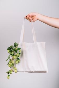 Frau, die eco freundliche tasche hält