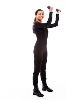 Frau, die eignungsübungen mit gewichten tut