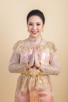 Frau, die ein altes thailändisches kleid trägt