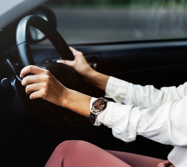 Frau, die ein auto auf einer straße fährt