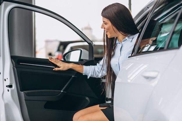 Frau, die ein auto kauft
