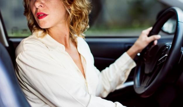 Frau, die ein auto rückwärts fährt