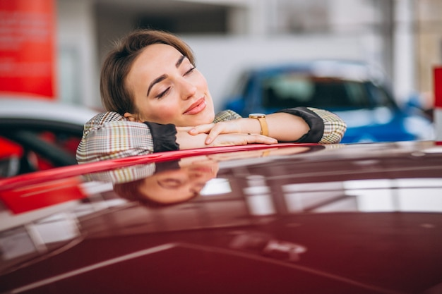Frau, die ein auto wählt