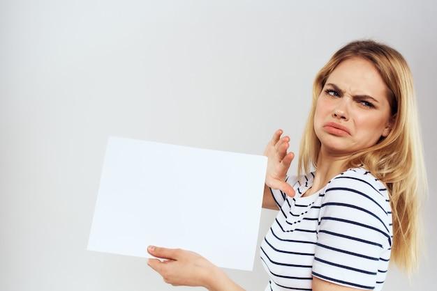 Frau, die ein blatt papier hält, während sie unzufrieden ist