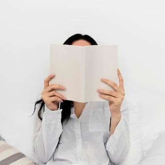 Frau, die ein buch allein liest