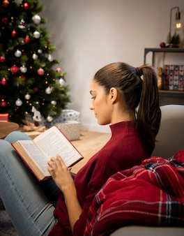 Frau, die ein buch liest