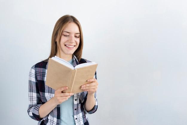 Frau, die ein buch mit exemplarplatz liest