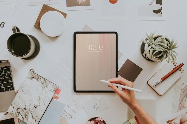 Frau, die ein digitales tablet-modell verwendet
