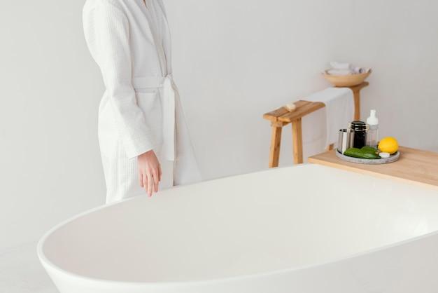 Frau, die ein entspannendes bad vorbereitet
