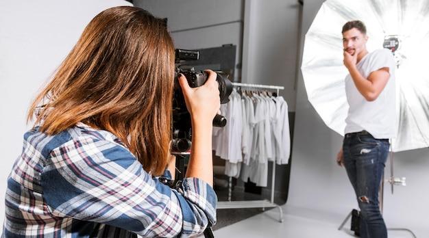 Frau, die ein foto des modells aufwirft