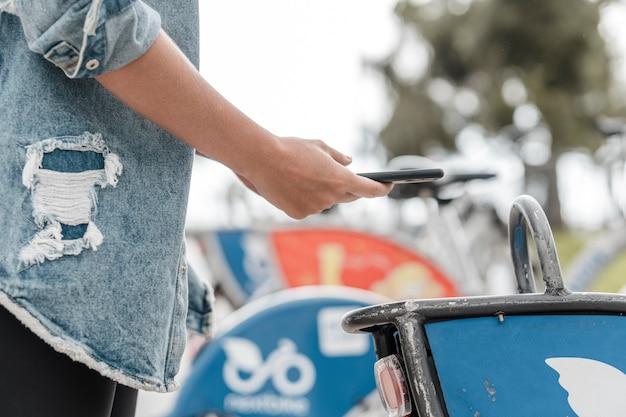Frau, die ein foto neben fahrrädern macht