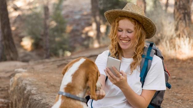 Frau, die ein foto von ihrem hund macht