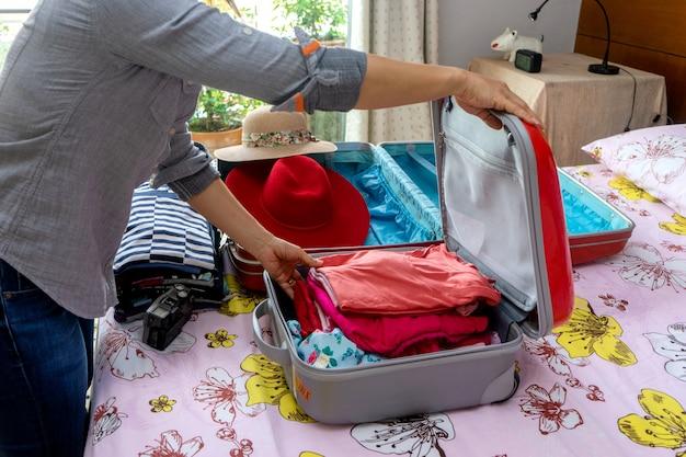 Frau, die ein gepäck packt