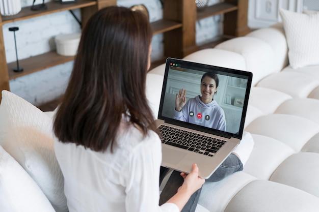 Frau, die ein geschäftstreffen online auf ihrem laptop hat