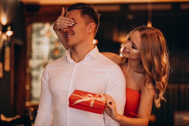 Frau, die ein geschenk für ihren freund am valentinstag hält