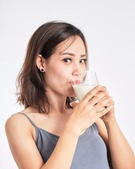 Frau, die ein glas milch anhält