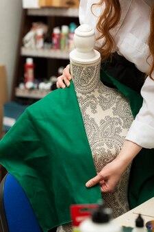 Frau, die ein grünes hemd macht