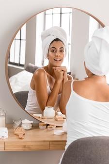Frau, die ein handtuch-selbstpflegekonzept trägt