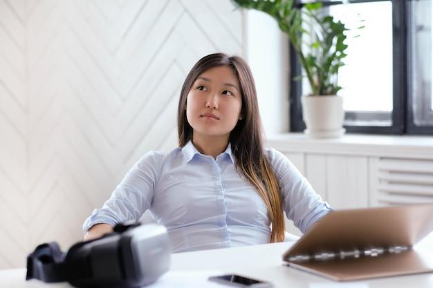 Frau, die ein hemd im büro trägt