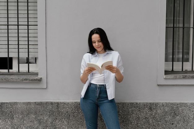 Frau, die ein interessantes buch liest