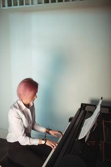 Frau, die ein klavier spielt