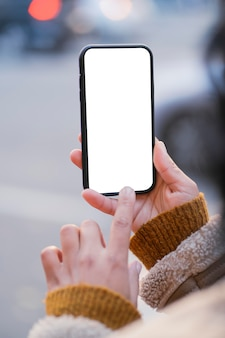 Frau, die ein leeres bildschirm-smartphone überprüft