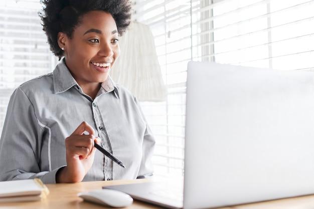 Frau, die ein online-klassentreffen durch e-learning-system hat