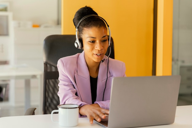 Frau, die ein online-treffen für die arbeit hat