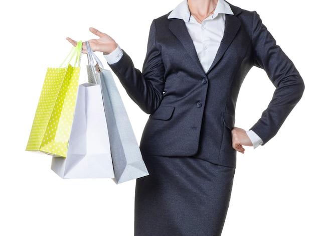 Frau, die ein paar einkaufstaschen hält. auf weiß isoliert. beschnittenes bild.