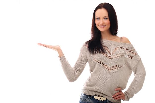 Frau, die ein produkt mit ihrer hand hält. produktpräsentation